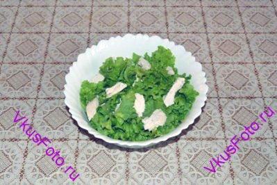 Листья салата вымыть, обсушить, порвать на крупные куски и добавить к курице. Перемешать.
