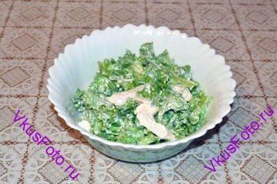 Салат залить приготовленной заправкой.