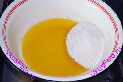 Добавить сахар и соль. Если начинка для пирогов не очень сладкая, то в тесто можно добавить до 250 г сахара.
