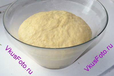 Когда тесто увеличится вдвое нужно его хорошо обмять и снова поставить в теплое место.