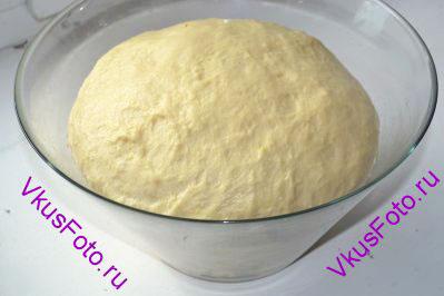 После второго подъема тесто переложить на доску и месить руками 5-7 минут.  Оставить тесто отдыхать на 15-20 минут после чего оно готово к использованию.