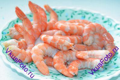 Королевские креветки полностью очистить от панциря, убрать голову. Несколько креветок оставить с хвостиками для украшения при подаче. Если креветки свежие, то их нужно обжарить на масленой сковороде 2-3 минуты.