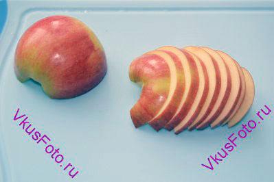Яблоки нарезать на ломтики. Для этого рецепта нужны яблоки, которые во время варки остаются плотными.