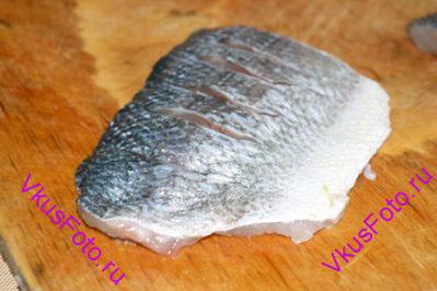 Если рыба большая и филе довольно толстое, то со стороны кожи нужно сделать косые надрезы под углом 45 градусов.