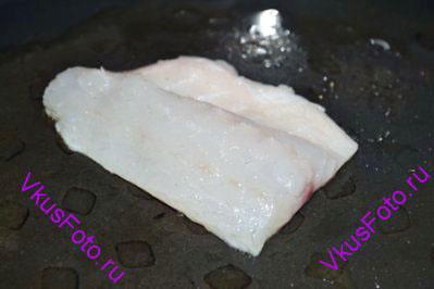Разогреть на сковороде масло. Когда масло раскалится положить филе кожей вниз. Жарить 2-3 минуты. Филе перевернуть и продолжить жарить до готовности.
