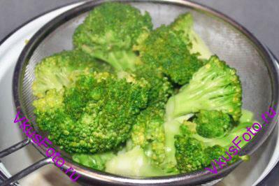 Пока жарится филе, брокколи разделить на соцветия. Варить брокколи нужно в подсоленной воде примерно 2-3 минуты. После чего откинуть капусту на дуршлаг и дать стечь воде.