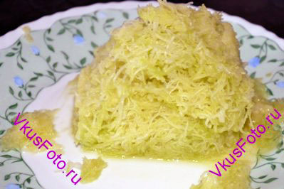<i>Источник: пользователь Sonadora с сайта hlebopechka.ru.  Пирог относится к постным блюдам и не содержит яиц. Получается очень шоколадным и очень вкусным. Немного влажный за счет присутствия в тесте кабачка. </i>  Кабачок очистить от кожицы и натереть на мелкой терке.