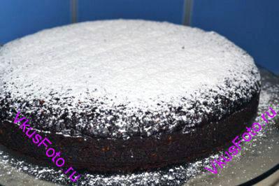 Готовый пирог остудить на решетке. Посыпать сахарной пудрой.