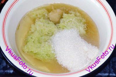 Добавить растительное масло, сахар, ванильный сахар, мед, яблочный сок.
