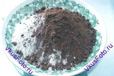 Отдельно отмерить муку, разрыхлитель и порошок какао.