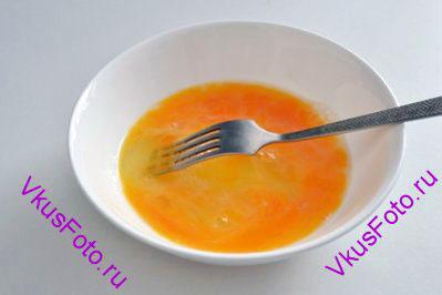 Яйца разбить в небольшую миску, добавить соль, перец. Слегка взбить яйца вилкой.