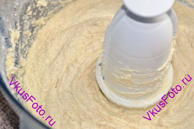 Взбить до однородного состояния. Если тесто получается жидковатым и не держит форму, то можно добавить до 50 граммов муки.