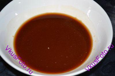 В это время приготовить заправку из соевого соуса, рисового уксуса и кукурузного крахмала предварительно разбавленного водой.