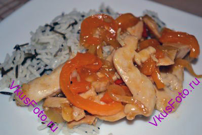 К овощам добавить обжаренные кусочки курицы, дать им прогреться и можно подавать. В качестве гарнира подойдет отварной рис или свежие листья салата.