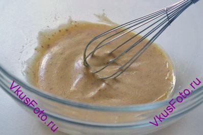 Взбить соус венчиком до однородного состояния. Добавить соль и перец.