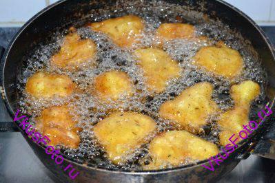 В глубокой сковороде разогреть масло. Цветную капусту опускать сначала в кляр, затем в разогретое масло. В процессе приготовления шарики необходимо переворачивать, чтобы они стали золотистыми со всех сторон.