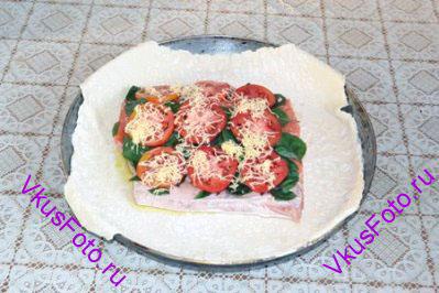 Рыбу сбрызнуть оливковым маслом, посыпать солью и перцем. Посыпать листьями базилика, уложить ломтики помидор и посыпать тертым сыром.