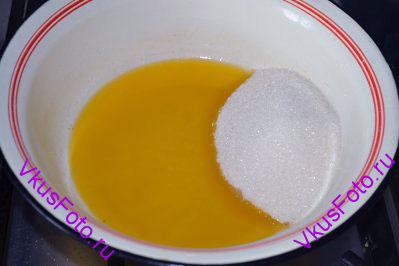 Добавить сахар 150 г и соль.
