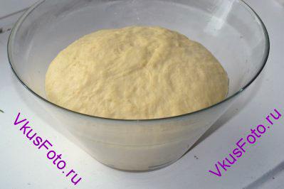 Когда тесто увеличится вдвое, нужно его хорошо обмять и снова поставить в теплое место.