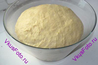 После второго подъема тесто переложить на доску и месить руками 5-7 минут.