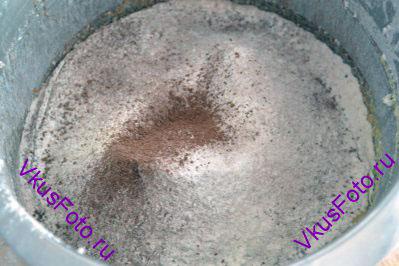 Муку и какао просеять в яично-масляную смесь.
