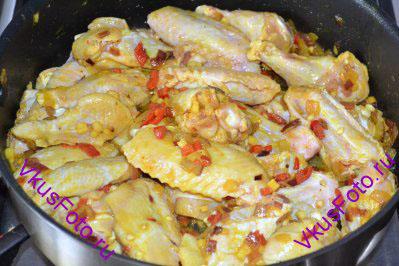 Добавить куриные крылышки вместе с маринадом. Жарить курицу 5-10 минут, регулярно помешивая.