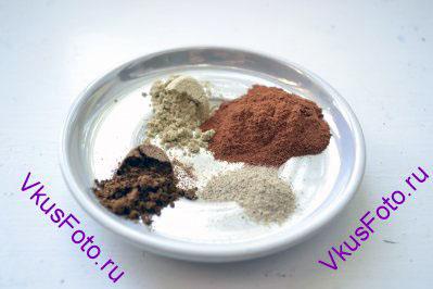 Чтобы приготовить масала-чай, необходимо сначала заняться подготовкой специй. Смесь специй несет имя масала. Отсюда и название этого рецепта Масала-чай. Смеси бывают разные и зависят от предпочтений готовящего этот напиток. Нет обязательной привязки к какому-либо ингредиенту. Можно что-то опустить, положить чуть больше или меньше или добавить другую специю. Сначала отмерим специи, которые уже идут в виде порошка. В моем случае это: - корица, - кардамон, - Гарам Масала, - белый перец.