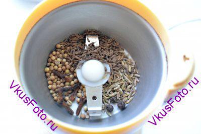 В кофемолку засыпать специи состоящие из горошин и семян: - черный перец, - кумин (зира),  - черный тмин, - гвоздика, - кориандр. Можно использовать ступку, но так как некоторые специи тяжело перемалывать пестиком, я для приготовления масала-чай использую кофемолку.