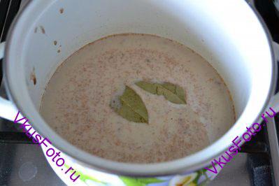Влить молоко, добавить сахар и лавровый лист. Довести до кипения и варить 1 минуту.