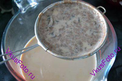 Готовый чай процедить через сито.