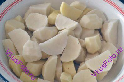 Картофель очистить от кожицы и крупно нарезать.