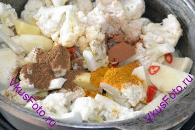 Добавить специи: кардамон, корицу, карри и Гарам Масала.