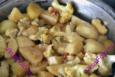 Влить бульон, посолить. Перемешать овощи и тушить под крышкой около 20 минут или пока не приготовится картофель.