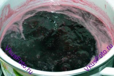 Сок и мякоть ягод перелить обратно в кастрюлю и насыпать сахар. Кастрюлю поставить на огонь и довести джем до кипения. Варить 15 минут на среднем огне периодически помешивая и снимая белую пену.