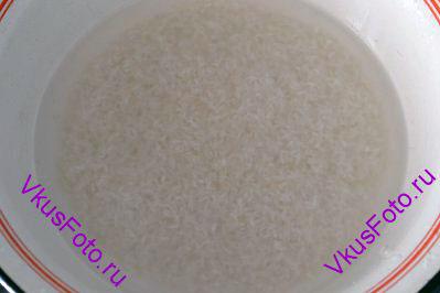 <i>Этот аппетитный плов радует яркими красками и обладает замечательным ароматом и вкусом. По рецепту идет зеленый горошек, который к сожалению отсутствовал на магазинных полках. Вместо него использовала замороженную зеленую фасоль. За расчет берется 1 стакан 250 мл.  </i> Рис басмати промыть прохладной водой несколько раз пока вода не станет прозрачной. Залить рис теплой водой и оставить пропитываться на 10 минут. Воду слить, но не выливать. Пропитанная ароматом риса она пригодится для варки. Рис оставить на 20-25 минут, чтобы подсох, а в это время можно приготовить необходимые продукты.