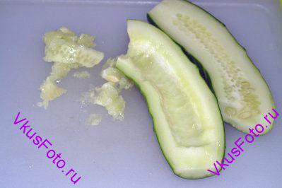 Огурец разрезать на 2 части и вынуть семена.