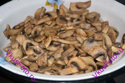 Шампиньоны обжарить на сухой сковороде до полной готовности. Если во время жарки из грибов выделилась вода, то грибы жарить пока вся вода не выпарится. Грибы вынуть на блюдо.