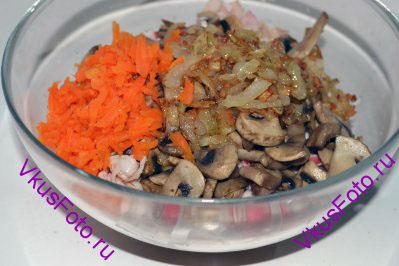 Шампиньоны, жареные крабовые палочки, обжаренный лук, морковь положить в салатник. Если нужно, то посолить.  В оригинальном рецепте салат заправляется майонезом. Я этого делать не стала, так как крабовые палочки и лук жарились в растительном масле и впитали в себя жир. При добавлении майонеза, салат будет супержирным и суперкалорийным. Чтобы снизить количество масла в салате, нужно после жарки продуктов положить их на несколько минут на бумажную салфетку, чтобы лишний жир в нее впитался.