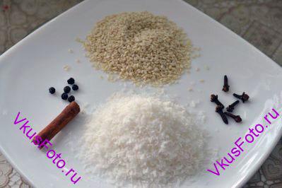 <i>Приготовить рис по этому рецепту очень быстро и просто. Блюдо имеет сладковатый привкус из-за добавления кокосовой стружки, моркови и изюма. А поджаренные семена кунжута будут приятно похрустывать.</i> Подготавливаем семена кунжута, кокосовую стружку, горошины черного перца, гвоздику и корицу.