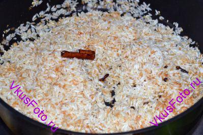 В специи положить промытый и обсушенный рис. Жарить несколько минут, пока зерна риса не станут слегка прозрачными.