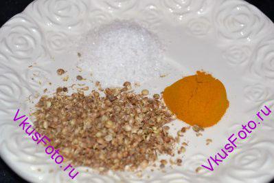Подготовить растертый кориандр, куркуму и соль.