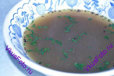 При подаче украсить суп кинзой.