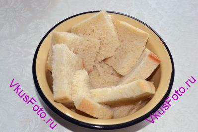Выложить бока формочки хлебом.