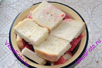Сверху накрыть ломтиками хлеба. Пудинг сверху должен выступать за края формы.