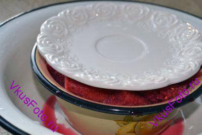 Полить остатками ягодного сока. Форму поставить в большую миску, куда будет стекать ягодный сок, а сверху накрыть подходящей по размеру тарелочкой.