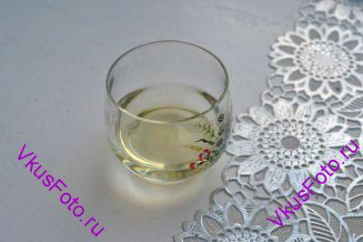 В стакан налить растительное масло и кипяток.