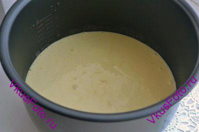 Тесто вылить в форму и выпекать в хорошо разогретой духовке при температуре 190 градусов в течении 40 минут. Готовность бисквита можно проверить при помощи зубочистки. Так же бисквит можно испечь в мультиварке на режиме Выпечка в течении 60 минут.