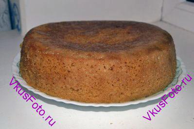 После того как пирог пропитался выкладываем его на блюдо.