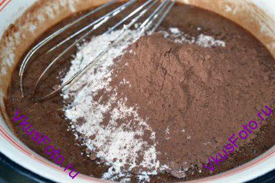 Добавить муку и какао. Аккуратно перемешать до однородного состояния. После этого добавить термостабильный шоколад и снова перемешать.