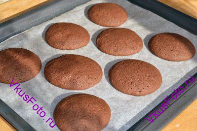 Выпекать печенье в духовке при температуре 180 градусов в течении 15-20 минут
